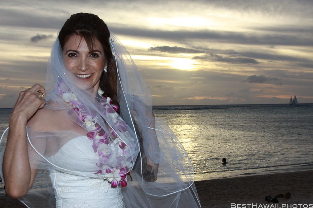 Sunset Wedding Photos in Waikiki by Pasha www.BestHawaii.photos 121820158673