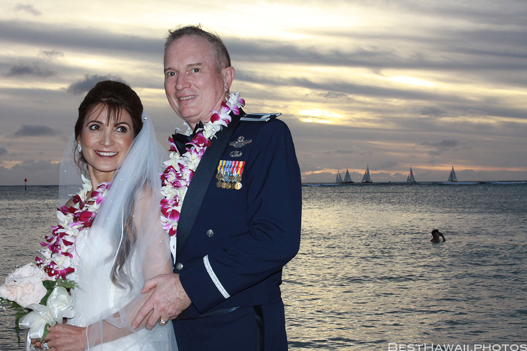 Sunset Wedding Photos in Waikiki by Pasha www.BestHawaii.photos 121820158677