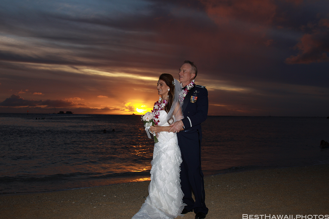 Sunset Wedding Photos in Waikiki by Pasha www.BestHawaii.photos 121820158688