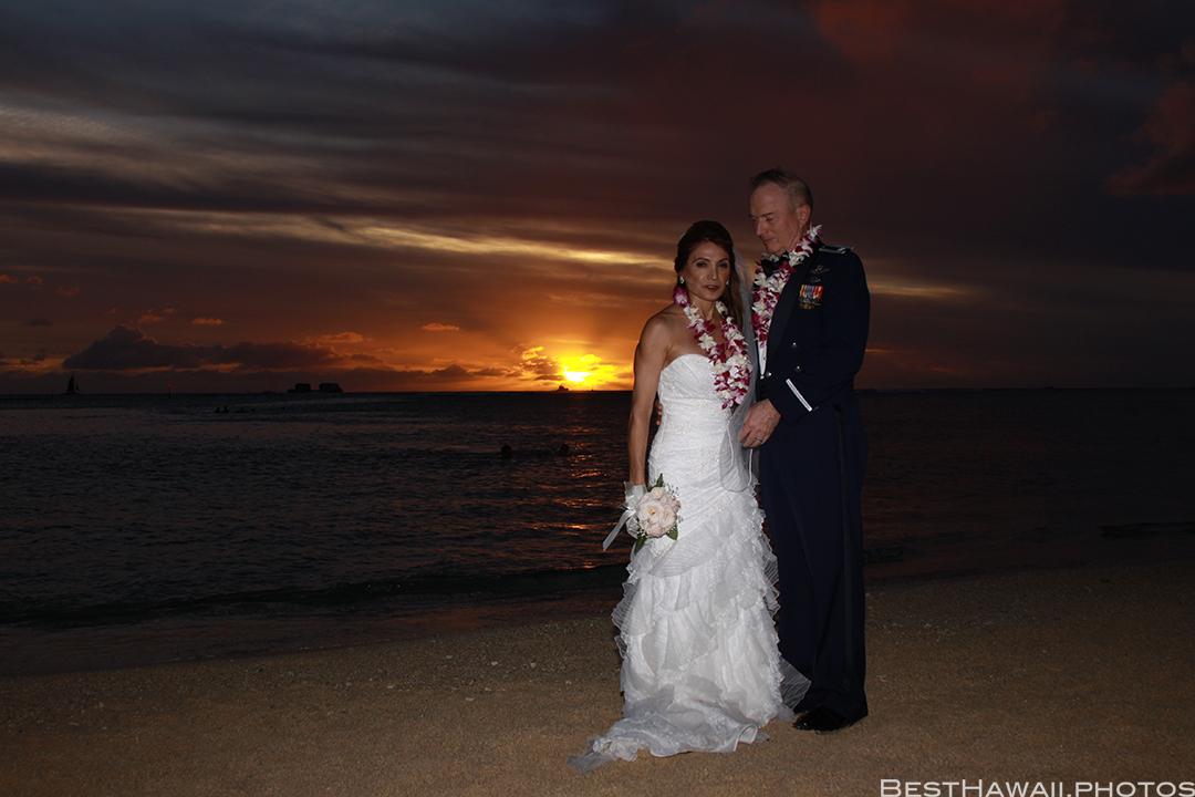 Sunset Wedding Photos in Waikiki by Pasha www.BestHawaii.photos 121820158690