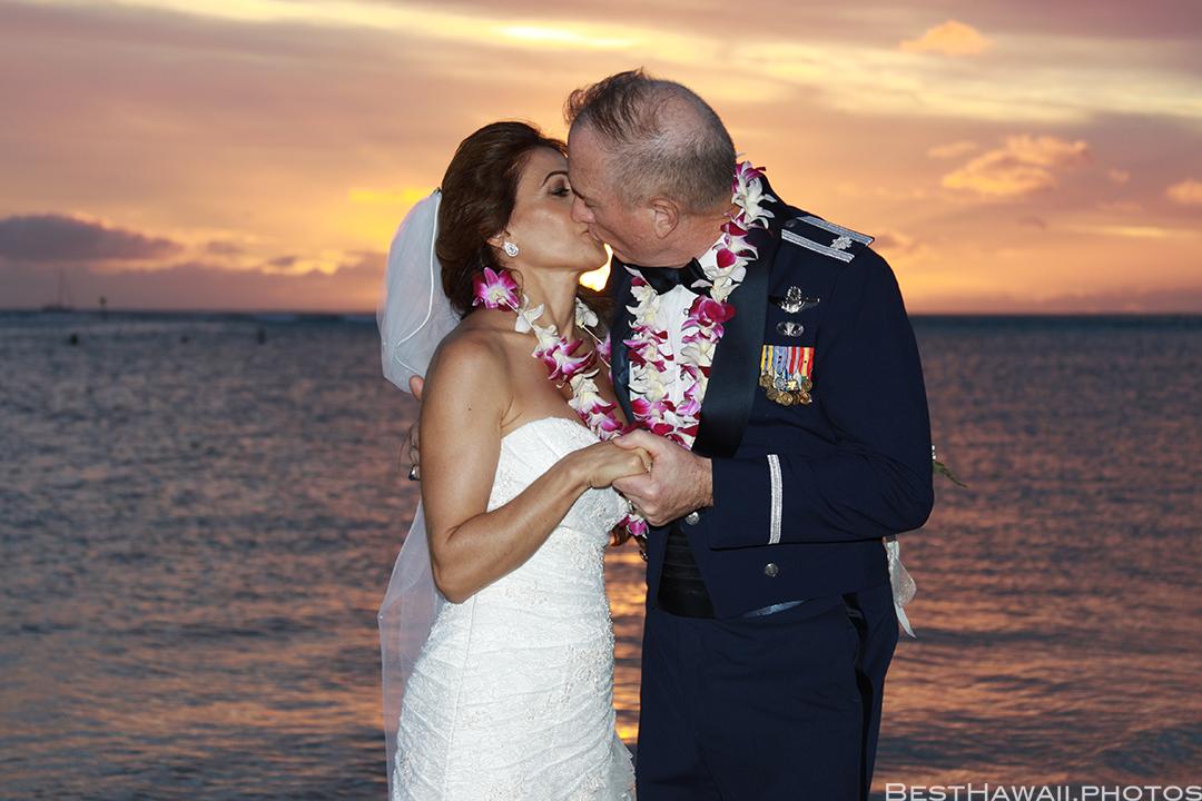 Sunset Wedding Photos in Waikiki by Pasha www.BestHawaii.photos 121820158694