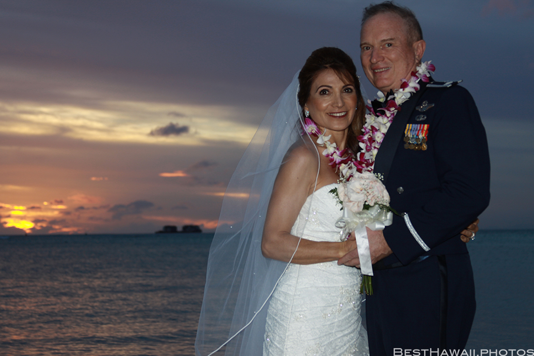 Sunset Wedding Photos in Waikiki by Pasha www.BestHawaii.photos 121820158698