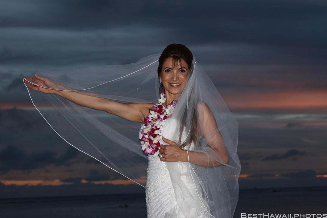 Sunset Wedding Photos in Waikiki by Pasha www.BestHawaii.photos 121820158699