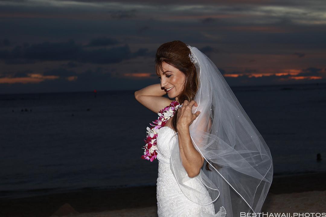 Sunset Wedding Photos in Waikiki by Pasha www.BestHawaii.photos 121820158702