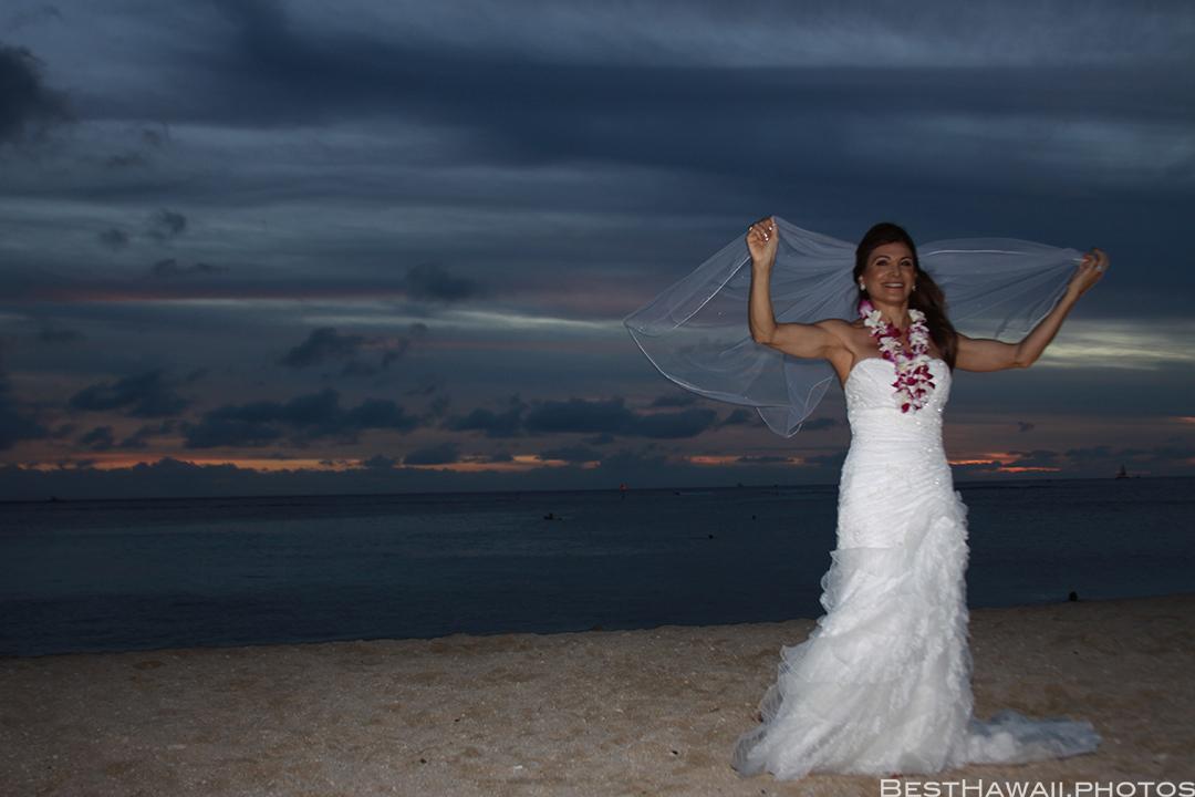 Sunset Wedding Photos in Waikiki by Pasha www.BestHawaii.photos 121820158706